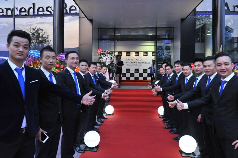 Review về đại lý Mercedes Benz An Du Hà Nội Mercedes An Du Hà Nội là một trong những cửa hàng chính hãng đầu tiên của Mercedes Việt Nam. Cho đến nay, Mercedes An Du là đại lý được nhiều khách hàng tin tưởng và lựa chọn nhiều nhất. Giới thiệu đại lý Mercedes An Du Hà Nội Mercedes An Du Hà Nội chính thức đi vào hoạt động từ năm 2005. Cho đến nay đây là cửa hàng lớn mạnh và uy tín nhất của mercedes Việt Nam. Năm 2015 Mexcedes An Du đã cho ra mắt trung tâm bán hàng và dịch vụ Autohaus với hệ thống nhận diện thương diệu mới. Mercedes Benz An Du Hà Nội luôn tạo dựng sự tin cậy và hình ảnh thân thiết với mọi khách hàng. Vì vậy, Mercedes An Du là luôn đề cao thái độ phục vụ chuyên nghiêp cho mọi khách hàng. Cho đến nay, đây là đại lý có đội ngũ nhân viên và chất lượng dịch vụ cao nhất của Mercedes Việt Nam. Bên cạnh đó showroom của An Du được thiết kế vô cùng sang trọng và đẳng cấp, thể hiện được thương hiệu cao cấp mercedes. Đến với An Du quý khách hàng sẽ được trải nghiệm những dịch vụ vô cùng hoàn hảo. Đánh giá Mercedes An Du Hà Nội Tại Mercedes Benz An Du Hà Nội quý khách hàng có thể thoải mái lái thử những dòng xe mà mình yêu thích. Bên cạnh đó còn được nhân viên tư vấn hỗ trợ lái thử rất nhiệt tình. An Du Hà Nội được đánh giá rất cao và có đội ngũ nhân viên tư vấn nhiều kinh nghiệm. Sở hữu mặt bằng rộng, Mercedes An Du có một phòng trưng bày sản phẩm vô cùng sang trọng. Phòng trưng bày có thể chứa khoảng 8 xe. Vì vậy, đến An Du bạn luôn được chiêm ngưỡng những mẫu xe mới nhất. Mercedes An Du còn được đánh giá cao bởi những dịch vụ hỗ trợ khách hàng như: hỗ trợ tư vấn về các mẫu xe phù hợp, hỗ trợ làm thủ tục mua xe, hỗ trợ đăng kí xe, nộp phí trước bạ. . . Vì vậy khi đến với An Du bạn hoàn toàn có thể dễ dàng lựa chọn được sản phẩm ưng ý nhất. Ngoài ra Mercedes Benz An Du Phạm Hùng còn có dịch vụ bảo hành vô cùng tốt. Với xưởng sửa chữa 12 trạm, An Du có thể cung ứng dịch vụ cho 50 xe trong 1 ngày. Vì vậy, nếu bạn mua xe tại đây sẽ không phải đợi quá lâu khi muốn bảo 