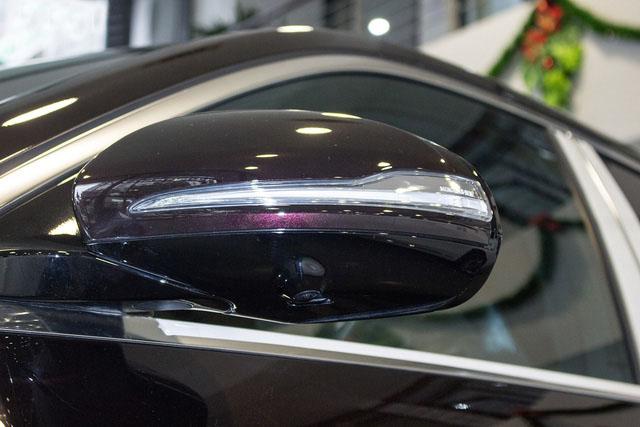 Gương chiếu hậu chỉnh điện tích hợp camera 360 độ và dải đèn LED báo rẽ.