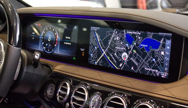 2 màn hình 12,3 inch chuẩn HD trên mẫu sedan siêu sang này.