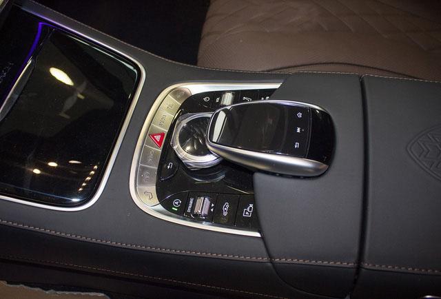 Touchpad điều khiển màn hình giải trí.