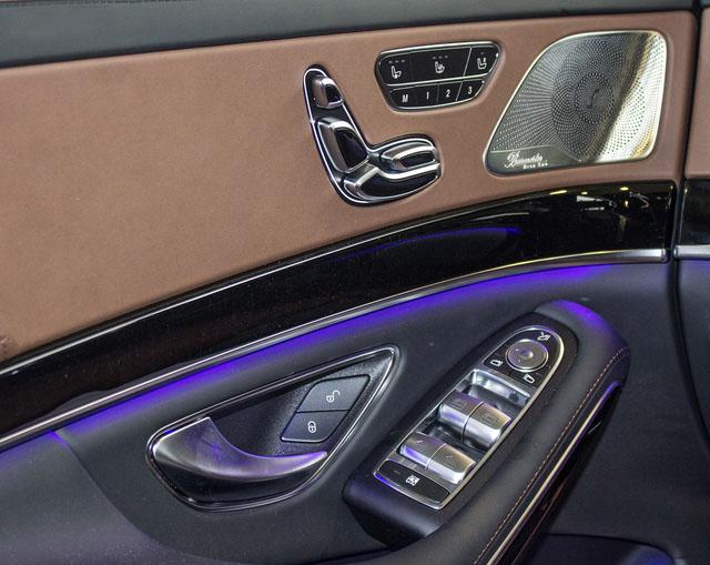 Ghế lái và ghế phụ chỉnh điện nhớ 3 vị trí.