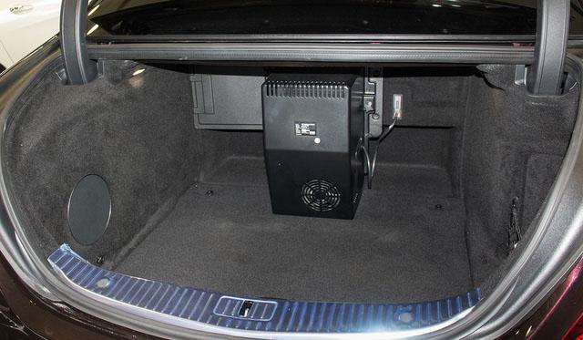 Khoang chứa đồ phía sau xe.